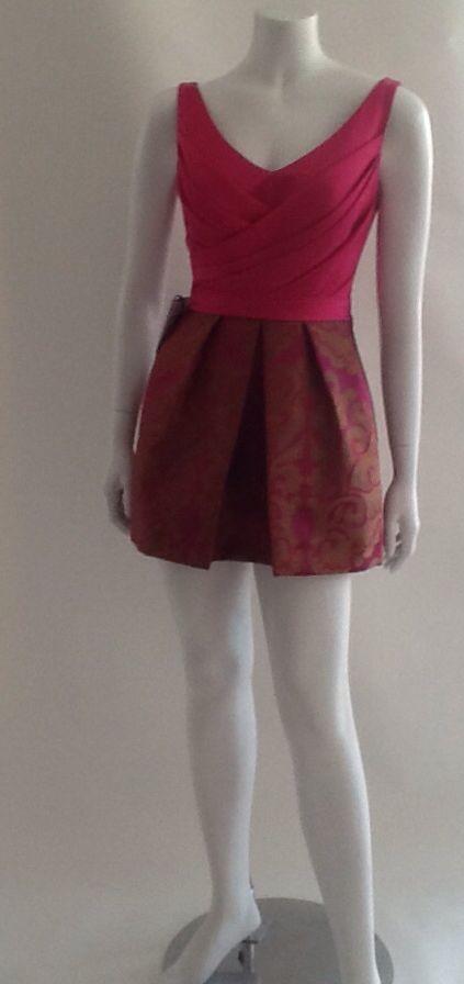Cuerpo en raso drapeado escote en V, falda trabloneada en gobelino floral.