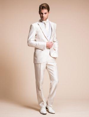 ドレスに合わせるなら白でしょう♪という新郎にへ。白の新郎衣装の参考一覧☆