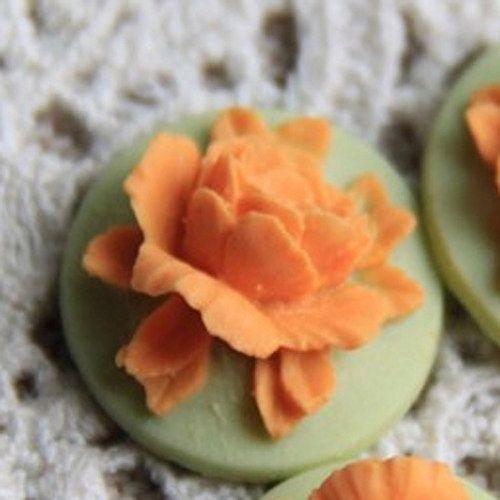 kamej kytka oranžová na zeleném/18 mm