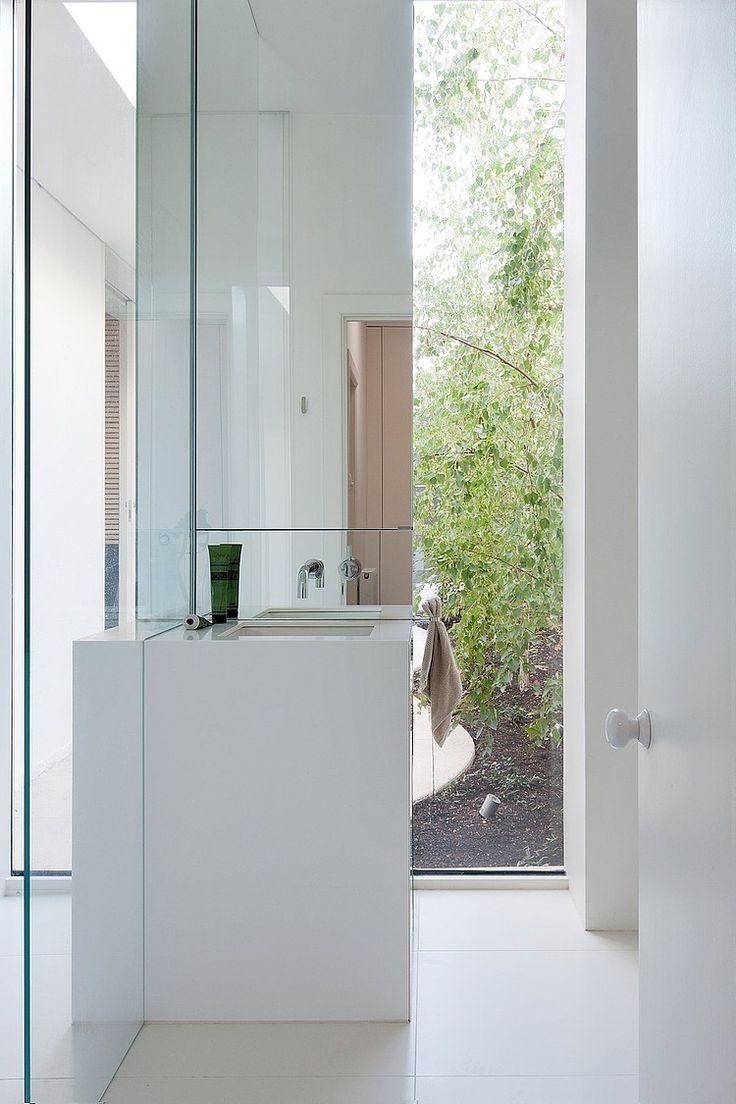 Badkamer met zicht op tuin