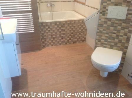 Badezimmer Mit Stäbchenmosaik Und Fliesen In Holzoptik