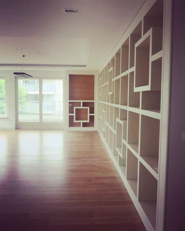 Jedną z największych realizacji był wykonany przez nas 6,5 metrowy regał. Jesteśmy ciekawi waszych opinii. Chcielibyśmy jeszcze kiedyś podjąć się takiego wyzwania, dlatego zapraszamy do współpracy. #regal #książki #bookcase #książka #books #tbt #instasize #instaphoto #biel #white #warszawa #warsaw #polska #meble #furniture #decor #design #dom #home #nowemieszkanie #mieszkanie #likeit #bücher #kiosque