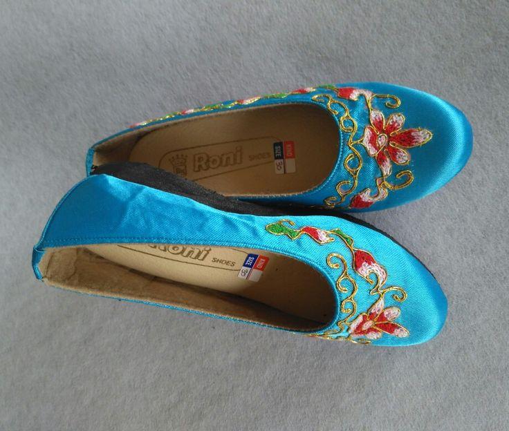 Sepatu sulam emas peniti, hasil kerajinan tangan Pariaman-sumbar. info lebih lanjut hubungi 085364420369