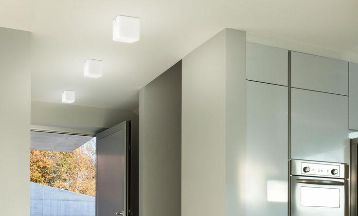 Panzeri - Kubik da soffitto  Kubik è una lampada a forma di cubo in due diverse dimensioni. Nonostante la sua semplicità geometrica è un prodotto estremamente versatile, disponibile in versione da parete, da terra, da tavolo e a sospensione.