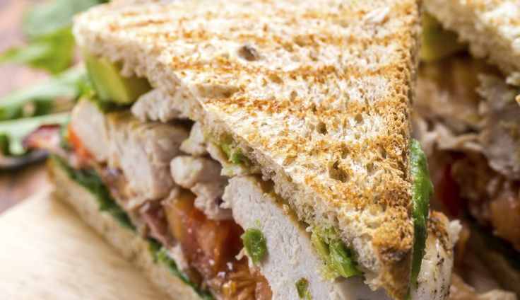 Het ultieme zaterdagbroodje met kip, bacon & avocado. Om even helemaal van te genieten, zonder afleiding.  Toast het brood (in een grillpan of ...