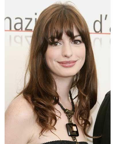 Anne Hathaway usando franja repicada