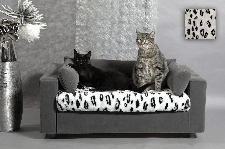 Lit moderne pour chat et chien. Housse 100% amovible, lavable en machine. Tissu haut de gamme, doux, très résistant a l'usure, simple d'entretien. Structure en bois, solide et écologique. Large choix de plaids en fausse fourrure. Couchage orthopédique en mousse a mémoire de forme. Tiroir de rangement. Coussins d'agrément. Chic et pratique.