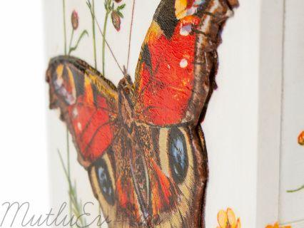 Mutlu eviniz için takılarınızı yerleştirebileceğiniz 6 çekmeceli eşsiz tasarımlı üç boyutlu kelebeklerle süslenmiş takı dolabınız. Doğal malzemelerden üretilmiş olup sağlığa zararlı madde içermez. Kelebekli Takı kutusu En: 22,5 cm Boy: 26 cm Genişlik: 14,5 cm