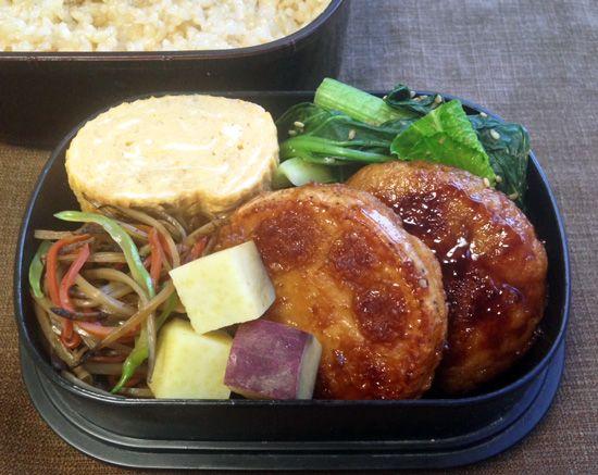 蓮根ステーキ、薩摩芋金柑蜂蜜シロップ煮、金平(三度豆)、出汁巻き卵、小松菜胡麻和え。玄米ご飯(とろろ昆布)
