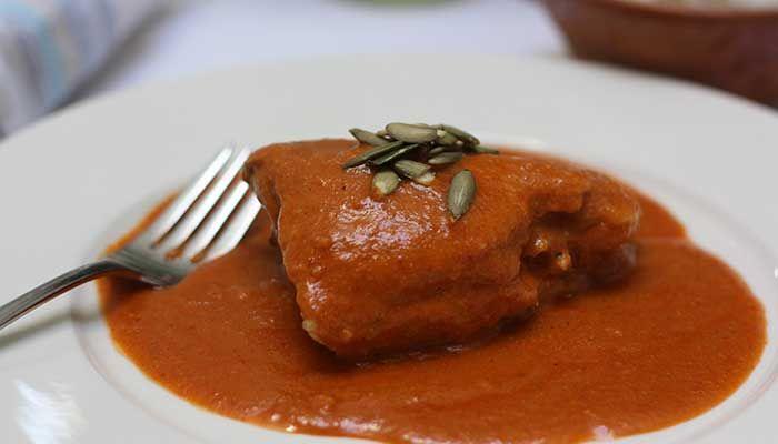 Prepara esta delicioso pollo en pipián y consiente a todos con su delicioso sabor. Acompáñalo con arroz.
