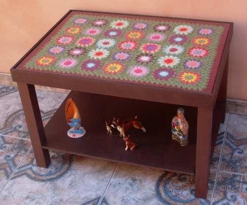 Mesa Ratona Con Tejido Al Crochet Y Superficie De Vidrio