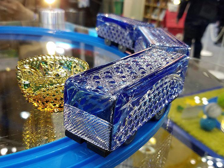 タカラトミーは、東京ビッグサイト(東京都江東区)で1日に開幕した玩具見本市「東京おもちゃショー2017」で、発売58年を迎えた「プラレール」と日本の伝統工芸の技を融合させた「伝統工芸×プラレール」を展示した。