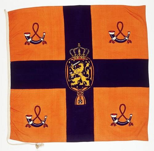 Vlag, oranje en blauw, van H.M. Koningin Juliana. Uit de collectie van het Legermuseum.
