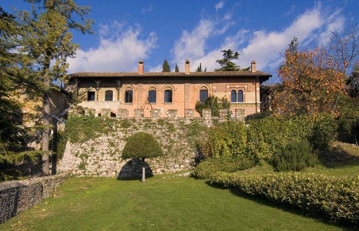 La facciata e i giardini interni
