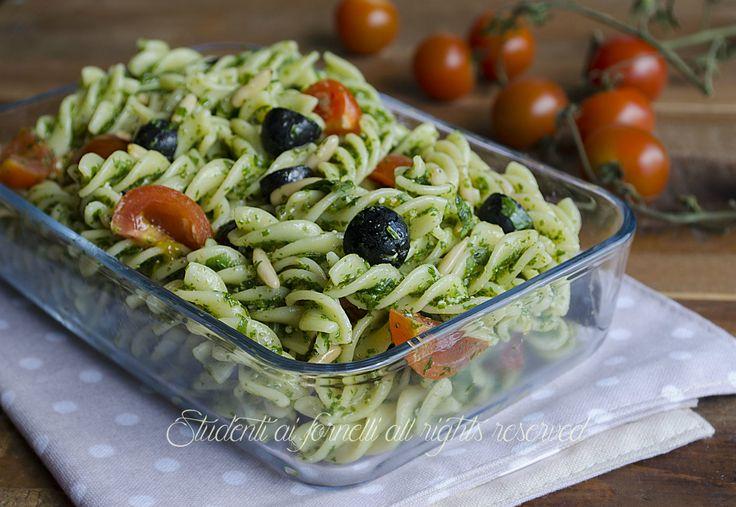 pasta-fredda-pesto-di-rucola-olive-e-pinoli-con-pomodorini-ricetta-insalata-di-pesta-gustosa-veloce-facile.jpg (1400×966)