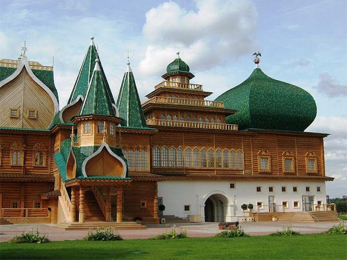 """Em 1660 lá foi construído um palácio de madeira. Acontece no palácio de estrangeiros constantemente admirados sua rica decoração. Contemporâneos chamavam Kolomna Palace """"oitava maravilha do mundo""""."""
