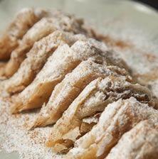 Η πιο δελεαστική πρόταση γα ένα υγιεινό, ανάλαφρο γλυκάκι με κρατσανιστά φύλλα που λιώνουν στο στόμα και γέμιση από σιγομαγειρεμένο, μελωμένο μήλο με μπόλικη κανέλα