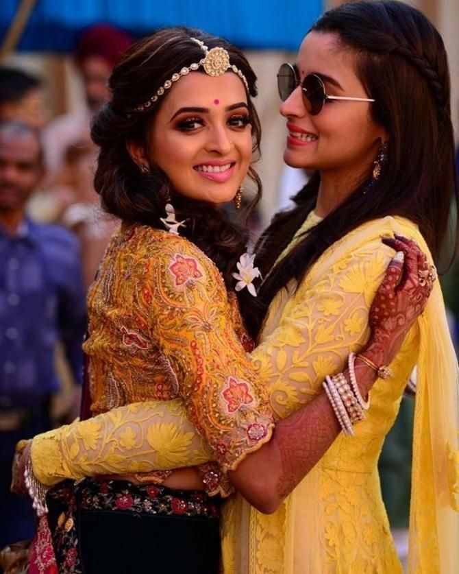 Alia Bhatt Attending Her Best Friend Kripa Mehendi Ceremony Bridesmaid Photoshoot Indian Wedding Poses Indian Wedding Photography Couples