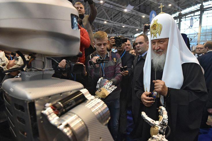 Патриарх Кирилл знакомится с роботом. Фотография — Meduza