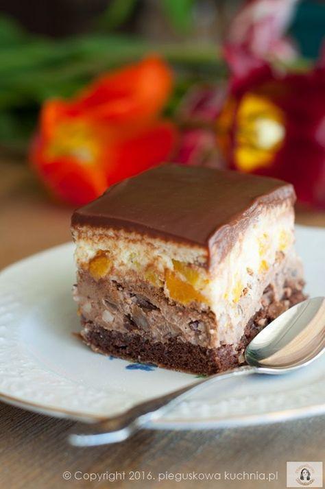 """Wilgotne ciasto z kremem, nafaszerowane bakaliami i owocami. Wypiek nie jest za słodki, a pracy przy nim jest niewiele. Jeżeli upieczecie wieczorem biszkopt i ugotujecie budyń, to na drugi dzień wystarczy kilka chwil na dokończenie. Ciasto Ambasador prosto z bloga """"Pieguskowa kuchnia"""" ."""