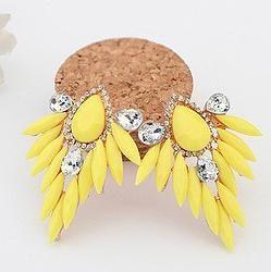 Aretes amarillos en piedras