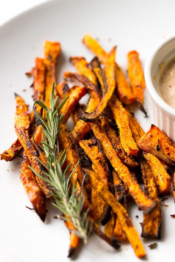 These Crispy Baked Carrot Fries taste just like sweet potato fries, are done in 15 minutes and are dipped in a dreamy Harissa Tahini Dip! | http://jessicainthekitchen.com