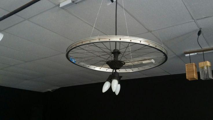 Luminária com aro de bicicleta
