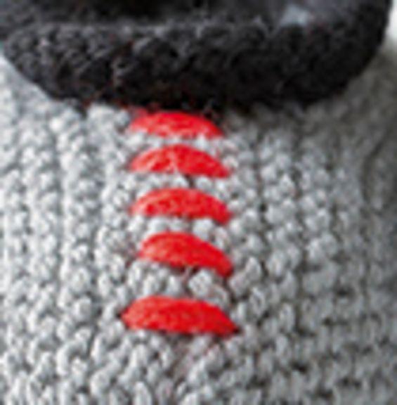 Voici un petit modèle de chaussons original, pour les bébés aux caractères bien trempé ! Tricoté au point mousse, en ' laine partner 3.5 ', ils respecteront la peau sensible des pieds de votre enfant. Modèle tricot n°05 du catalogue 93 : Layette automne-hiver