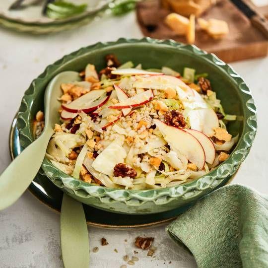 Lauwwarme fruitige witte kool salade met parel gort, appel, walnoten, rozijnen en oude kaas