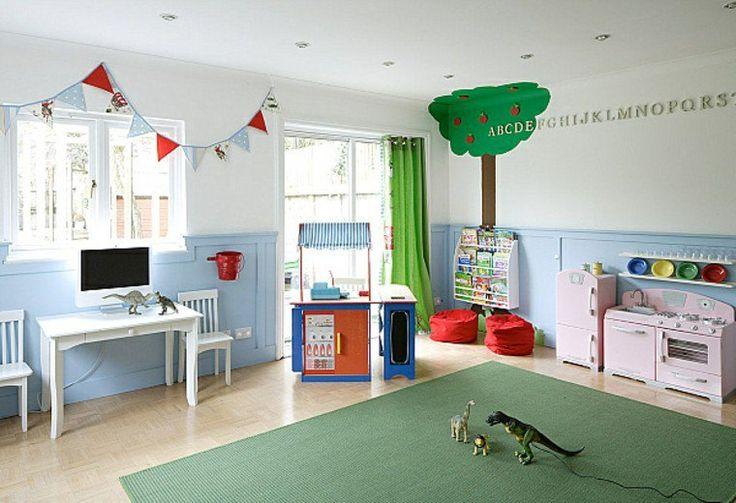 salle de jeux enfant tapis de sol vert meuble design bois table blanche chaise guirlande dinosaure