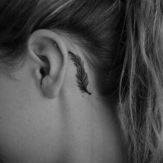 Tatouage de plume (discret) et piercing ensemble : parfaite combinaison