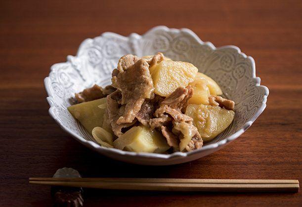 醤油と砂糖は使わず、塩とみりんだけで仕上げた肉ジャガは、キリっと引き締まった味わい。肉は牛、豚、お好みでどちらでも。
