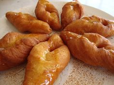 Υλικά 10 αβγά 3 κεσεδάκια των 200 γραμ γιαούρτια 1 κεσεδάκι σπορέλαιο 3 κεσεδάκια ζάχαρη μισό κουταλάκι αλάτι μισό κουταλάκι σόδα ...