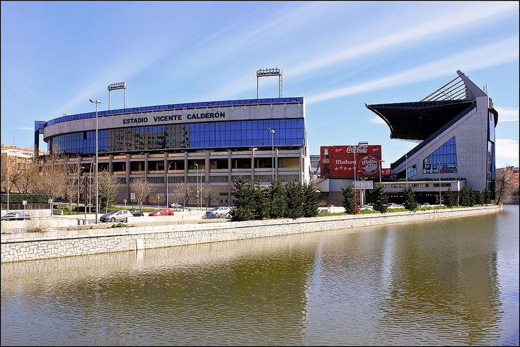 El Estadio Vicente Calderón es un recinto deportivo ubicado en el barrio de Imperial (distrito de Arganzuela), en la ciudad de Madrid, España, a orillas del río Manzanares. Su propietario es el Atlético de Madrid SAD y su equipo titular el Club Atlético de Madrid.  El Estadio Vicente Calderón estuvo clasificado como estadio élite desde el año 2003 por la UEFA. Actualmente, desaparecida la categoría elite, es un estadio de categoría.  Historia  El 17 de marzo de 1961, Javier Barroso compró…