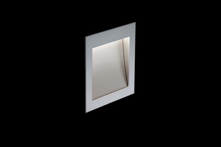 Bodennahe LED Wandeinbauleuchte. Extrem geringe Einbautiefe. Hauptlichtaustritt 100 % direktstrahlend, asymmetrisch, ca. 45°. Lichtverlauf bis an die Wand. Front silber-eloxalfarben. Externer Nimbus-Konverter erforderlich.
