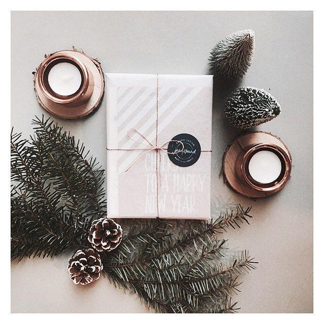 weihnachtliche Stimmung beim Promopakete verpacken! ❄️ #jungspund #jngspnd #graphicdesign #greetingcards #stationery #selfpromotion #winter #christmaspackaging #rosegold #tannenzweige #winterlich #festive #promotion #promotionpaket