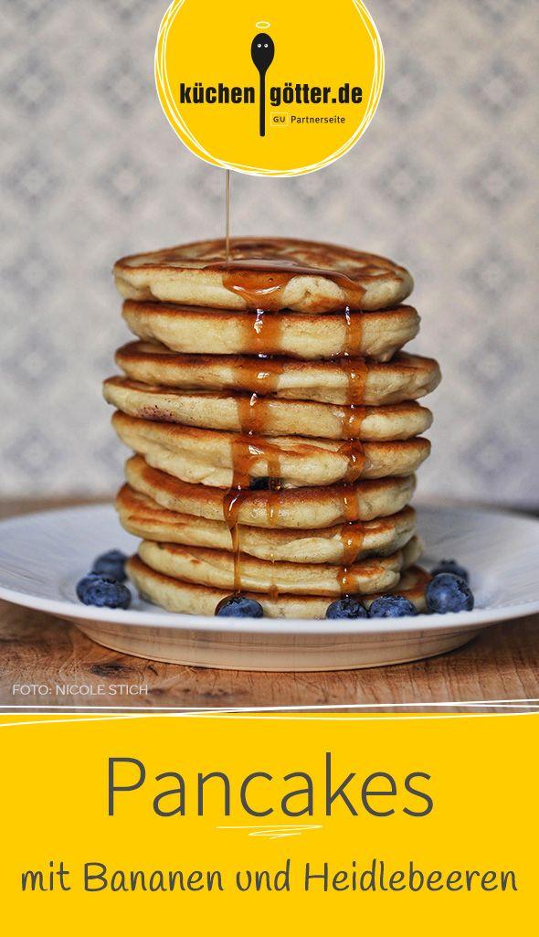PANCAKES MIT BANANEN UND HEIDELBEEREN - Brunch-Time: Unser Pancake-Rezept wird garantiert der Renner auf dem Frühstücksbüfett, süß, fruchtig und fluffig wie sie aus der Pfanne kommen.