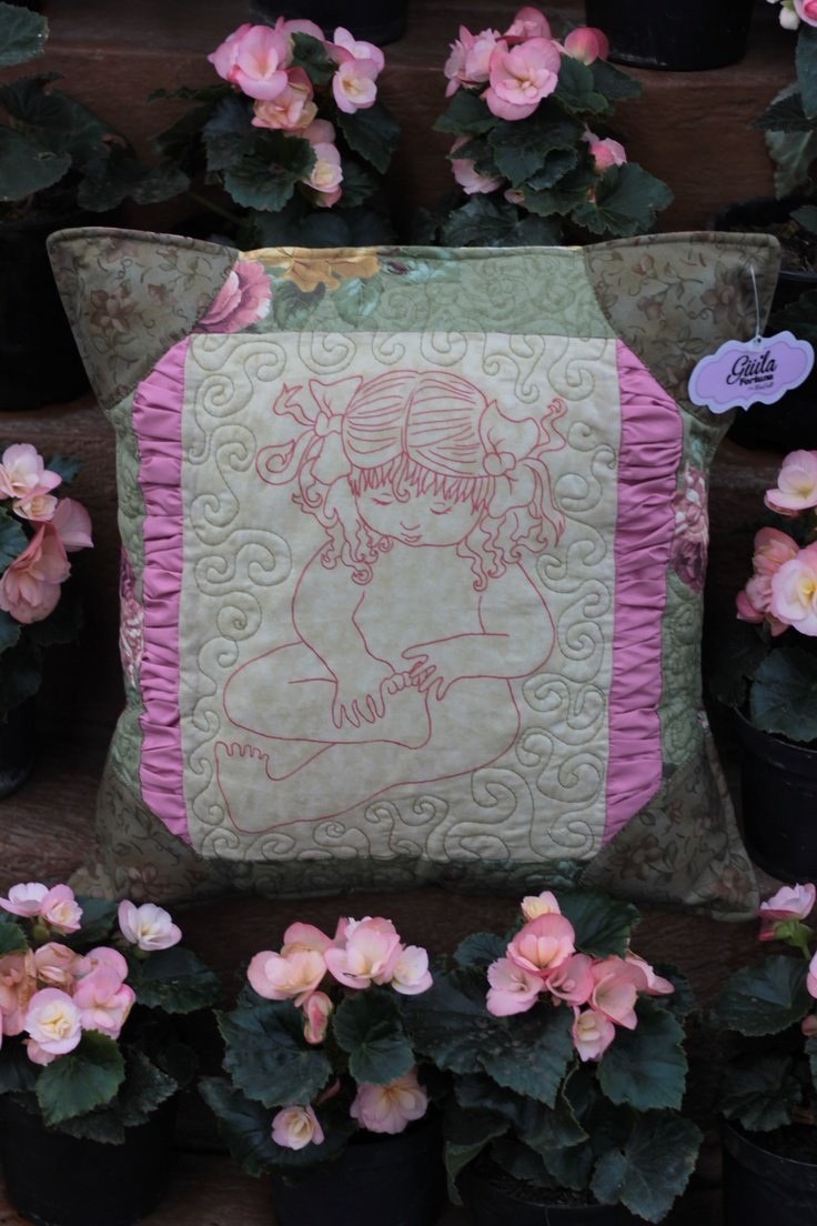 Almohadón. Recate de tradiciones.  Pillow. Rescue traditions.  $40