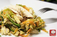Straccetti di pollo con julienne di verdure e salsa di soia al vapore