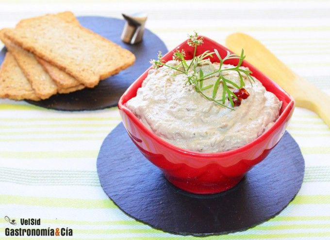 Receta de Paté de sardinas - Delicious Canned Sardines Pate: 200g sardines in Extra Virgin Olive Oil, 60g of Butter, 15g of lemon juice and zest, 30g pikled cucumbers, 1 garlic glove, pepper and salt. Take all the ingredients in a blender, taste and adjust seasoning according to your taste. http://www.deliportugal.com/en/compra/minerva-sardines-boneless-and-skinless-in-olive-oil-120g-463595