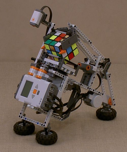 Lego robot can solve a Rubik's cube!