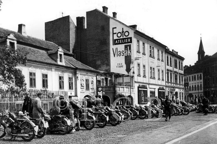 Fotografie: reklamní poutač ateliéru Vlasák; sbírka J. Dvořáka.
