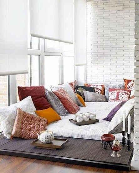 Proyecto pendiente!!!♡ Muchos almohadones de colores pueden crear un lindo espacio para relajarte y tomar café.