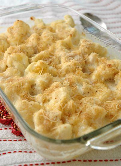 Gratin из цветной капусты или цветная капуста под белым соусом и сухарями - Голая Еда1 средний кочан цветной капусты  1 1/2 - 2 стакана молока 2 ст.л. сливочного масла 2 ст.л. муки 1/2 чашки тертого сыра + еще пару ложек для посыпки 1-2 зубчика чеснока, мелко нарезать щипотка мускатного ореха соль, перец
