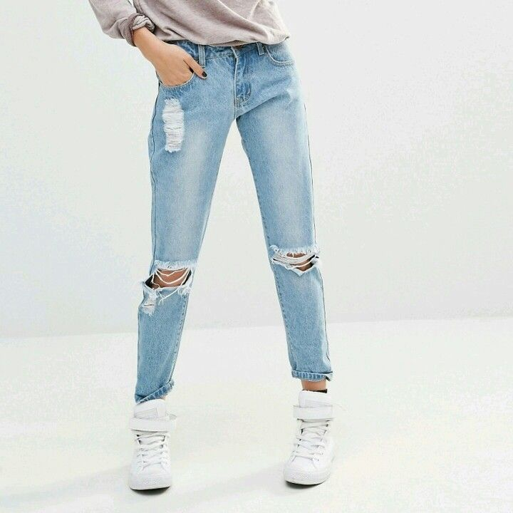 Low rise boyfriend jeans with ripped knees and distressing
