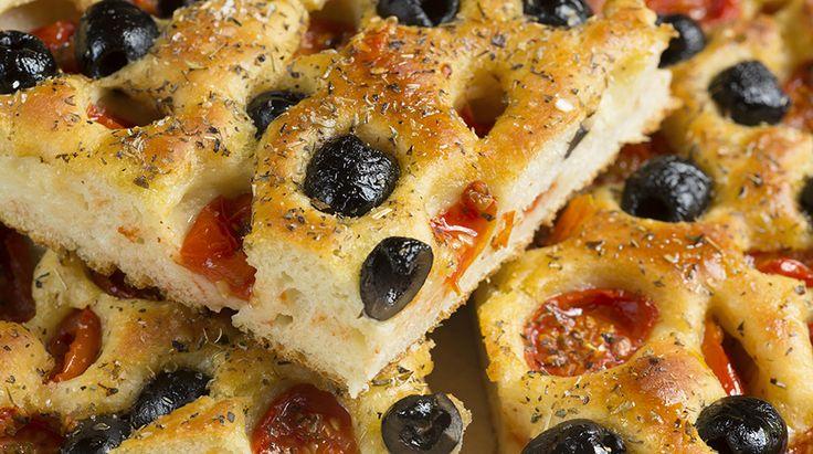 Sava è il paese nativo di mia madre, dista circa 15 Km da Taranto. Questa pizza ha accompagnato la mia infanza e vi assicuro è buonissima.