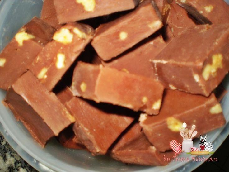 Fudge de chocolate - 450 gramas de chocolate meio amargo, 1 lata de leite condensado, 17 balas de caramelos mastigáveis, 1 xíc. castanha de caju (ou pistache, nozes,cast. do pará), 1 pitada de sal