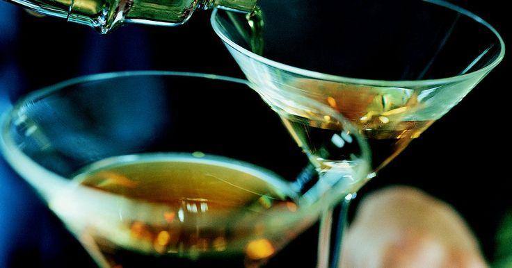 """Tipos de Brandy. El brandy (un pariente cercano del vino) se destila de pulpa, pieles y jugo de fruta. De hecho, el nombre de """"brandy"""" proviene de la palabra holandesa """"brandewijn"""", que significa """"vino quemado"""". Tradicionalmente disfrutado después de la cena, la gente bebe brandy en copas hondas para que puedan colocar sus manos debajo de la copa que contiene el ..."""