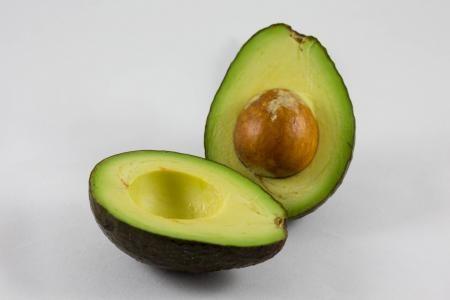 Avokádo je super potravina, která má své příznivce po celém světě. Málokdo z nich však ví, že poživatelná je nejen zelená dužina, ale i  pecka avokáda, které má celou řadu léčivých účinků. Pecka avokáda obsahuje dokonce více antioxidantů a vlákniny, než dužnina.