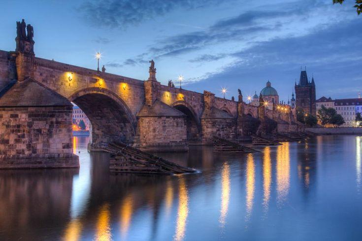 Karlův most je 515,76 m dlouhý a 9,50 m široký.Je nejstarší stojící most přes řeku Vltavu v Praze.Karlův most nahradil Juditin most,stržený roku 1342 při jarním tání.Stavba nového mostu začala v roce 1357 pod záštitou krále Karla IV. a byla dokončena v roce 1402.Most je tvořen šestnácti oblouky a koncem 17. století bylo postupně na most umístěno 30 převážně barokních soch a sousoší.Horšící se stav barokních děl z pískovce vedly k tomu,že se od počátku 20.století pozvolna na most osazují…